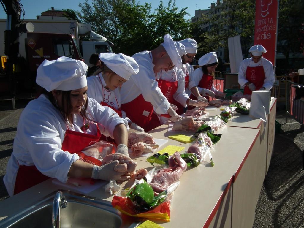 cortando pollo y conejo para la paella gigante