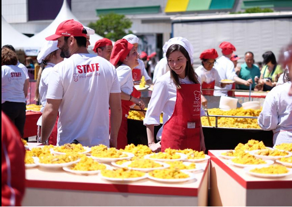 sirviendo paella gigante para 5000 personas