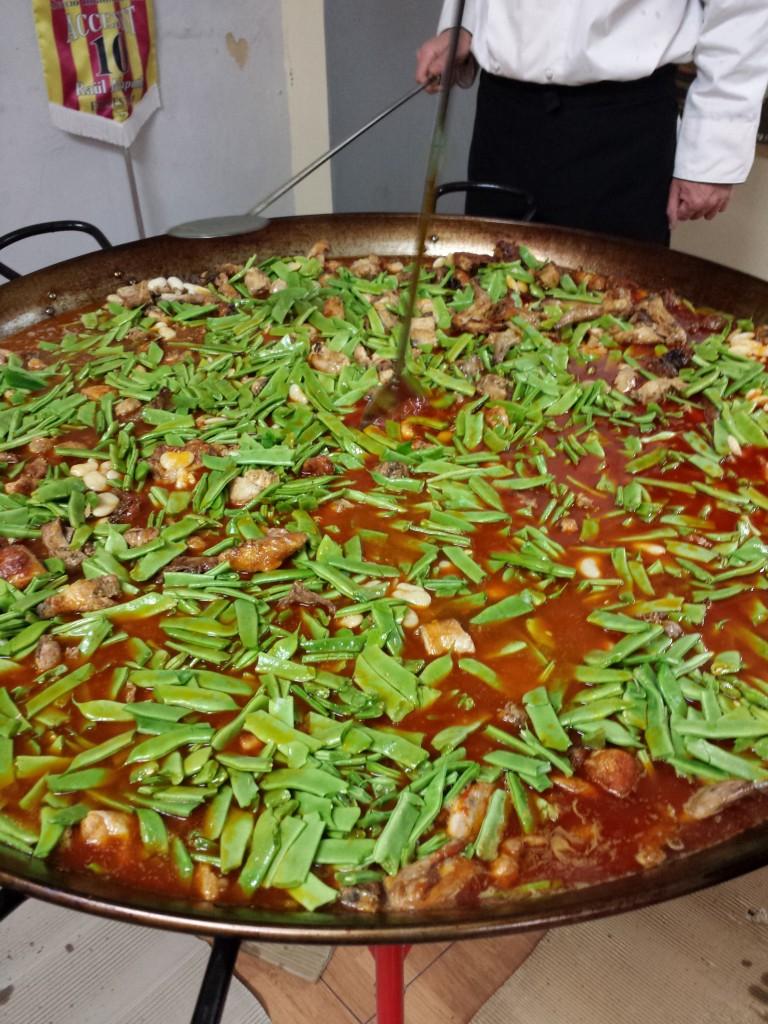 adiccion de agua y verduras paella valenciana 200 personas